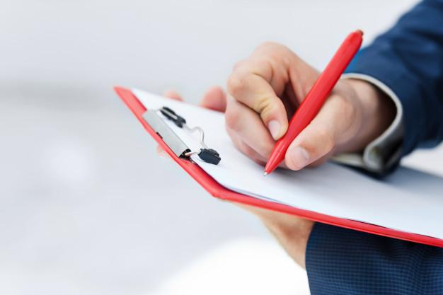 赤ペンを持っている人